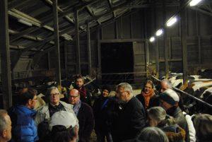 Jan-Hendrik Langeloh erzählt den Anwesenden über modernes Herdenmanagement auf einem vergleichsweise großen Vorzugsmilchbetrieb